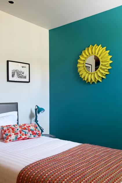 Mur turquoise et miroir jaune