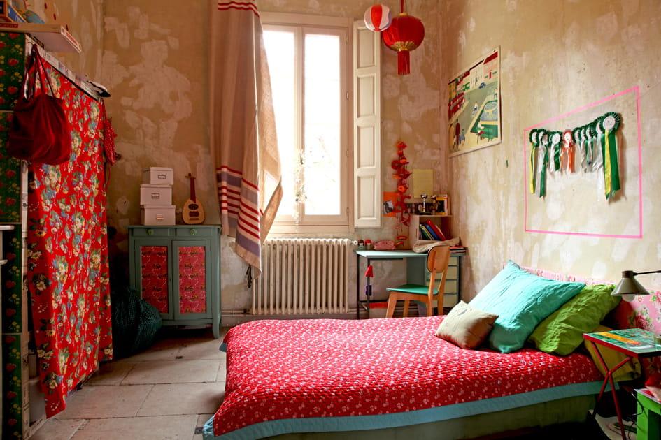 Une chambre de fille dominée par le rouge