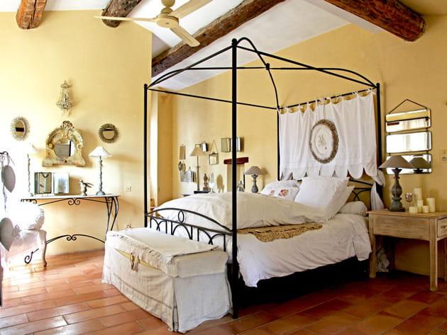 chambre jaune pastel. Black Bedroom Furniture Sets. Home Design Ideas