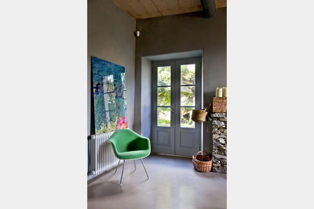 Un fauteuil et des paniers