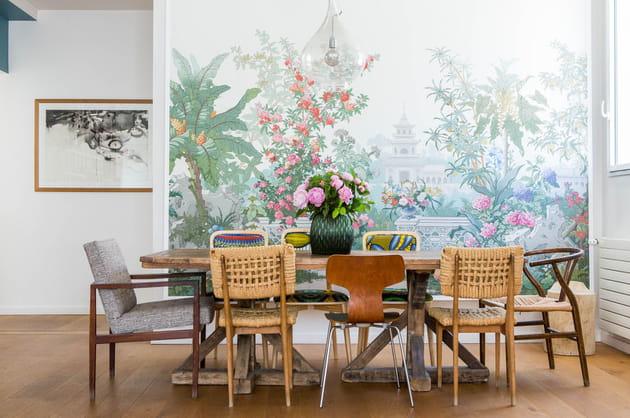 Une salle à manger devant un jardin japonais