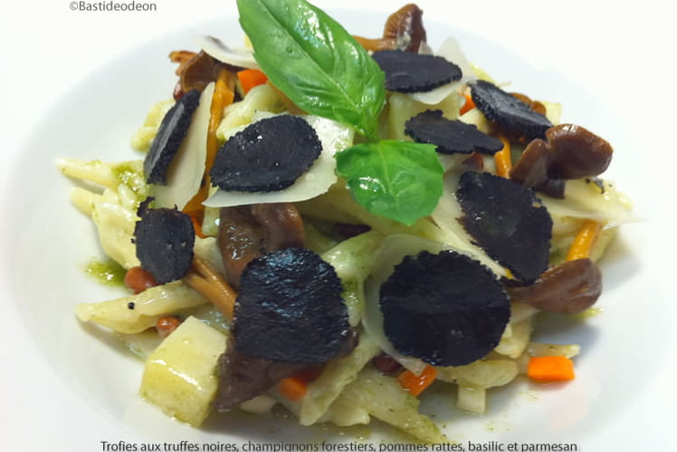Pâtes Trofie aux truffes noires, champignons forestiers, pommes rattes, basilic et parmesan