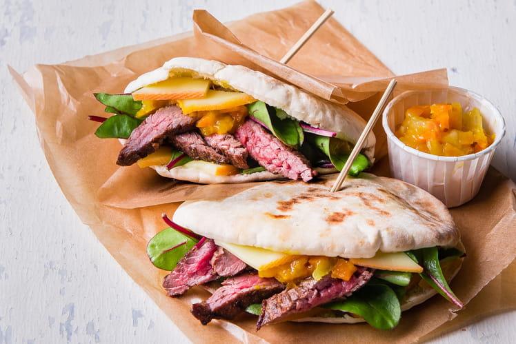 Pita au bœuf mariné au cumin, raclette et chutney carotte - mangue