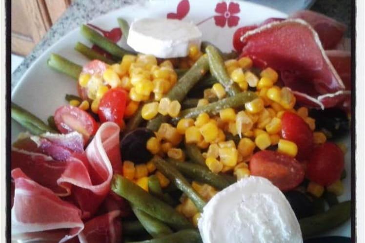 Haricots verts en salade avec jambon cru , maïs, tomates cerise, olives noires et bûche de chèvre