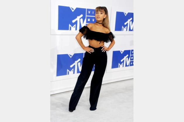 Ariana Grande en crop top col bardot