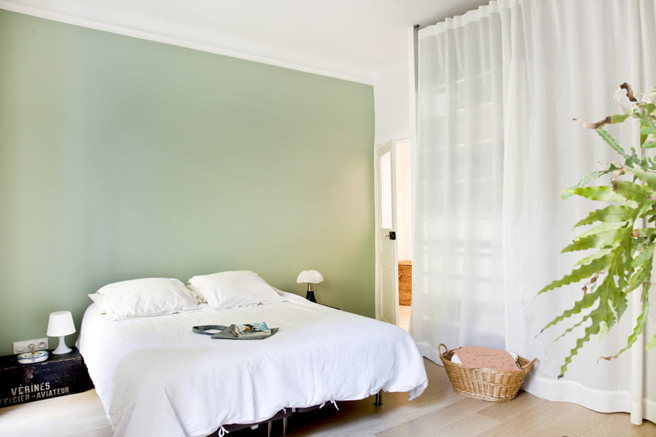 Une chambre d'adulte en vert amande