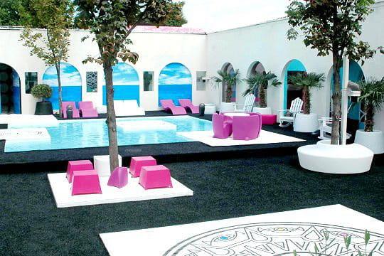 Une piscine design dans un décor méditerranéen