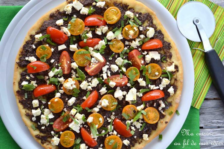 Pizza à la tapenade d'olives noires, tomates cerise et feta