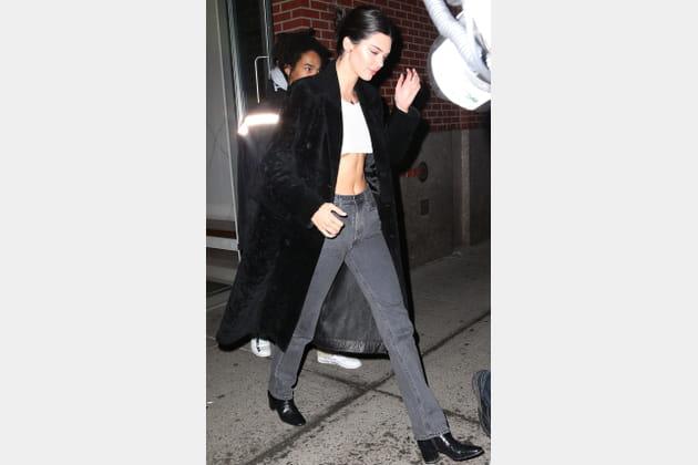 Kendall Jenner en long manteau fourrure noire