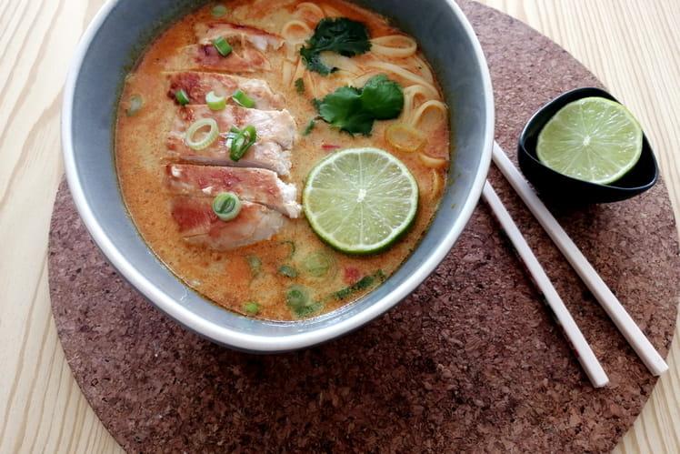 Soupe thaï  au curry, lait de coco, nouilles et poulet