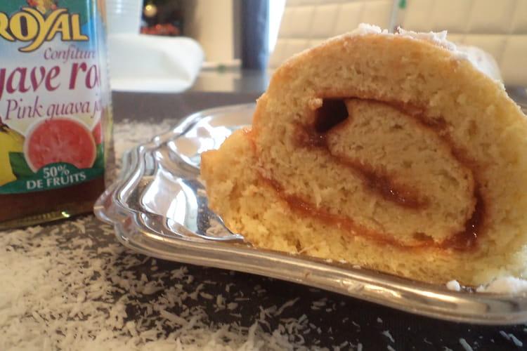 Gâteau roulé goyave et noix de coco