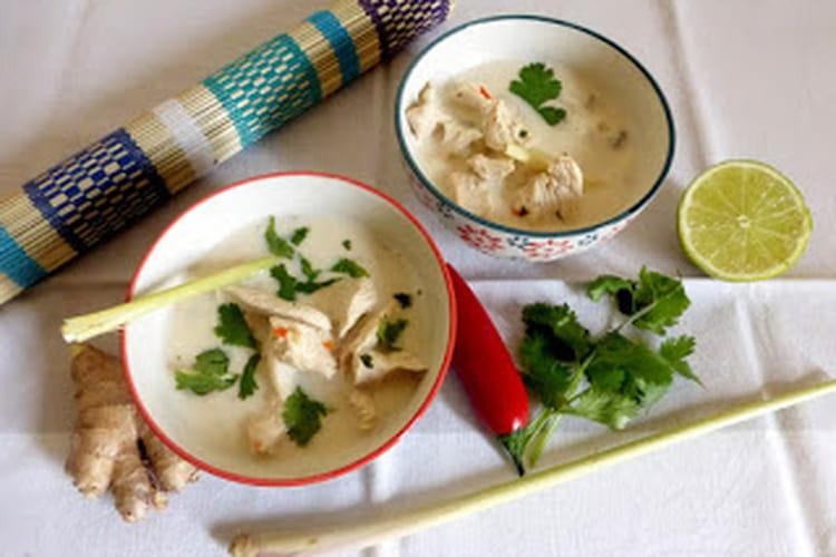 Soupe thaï au poulet et lait de coco