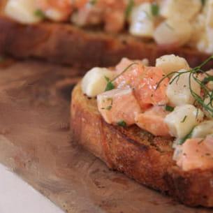 tartine de tartare de saumon et st-jacques