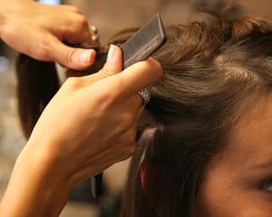 séparez la chevelure en deux pour être plus à l'aise.