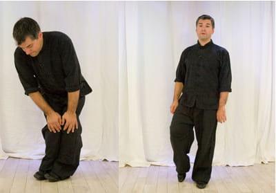 l'exercice de détente se termine par les mouvements des genoux et chevilles.