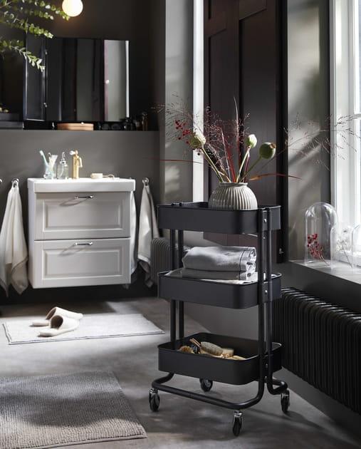 Une salle de bains en noir et blanc
