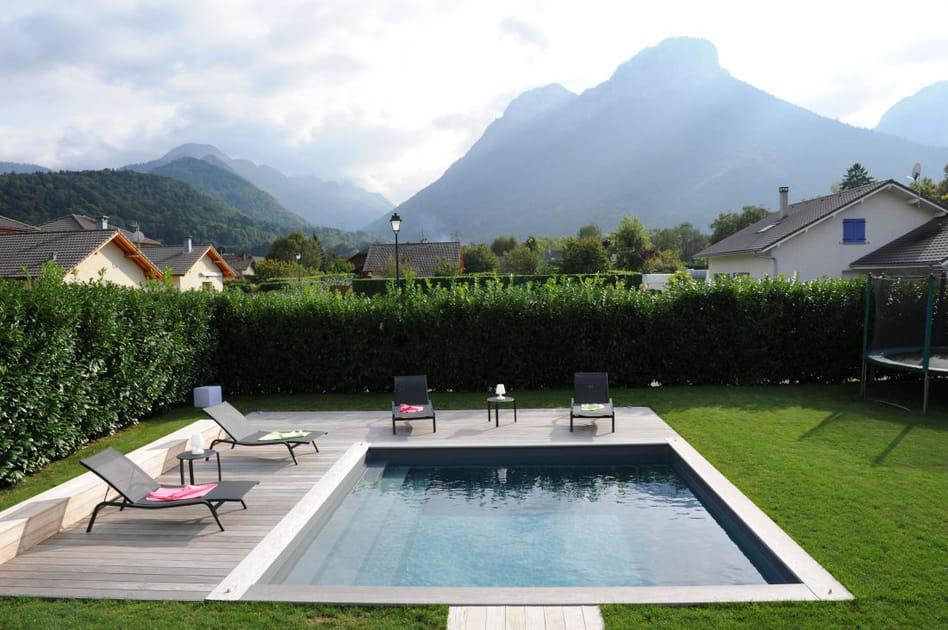 Une piscine carrée avec vue