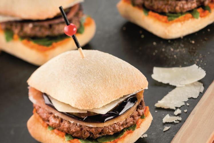 Hamburger au jambon de pays, aubergine, pesto rouge et parmesan