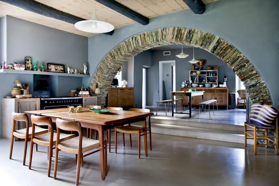 Une salle à manger sous les arches en pierres