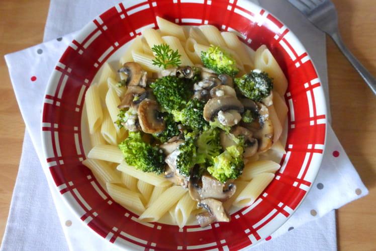 Penne aux brocolis, champignons et feta
