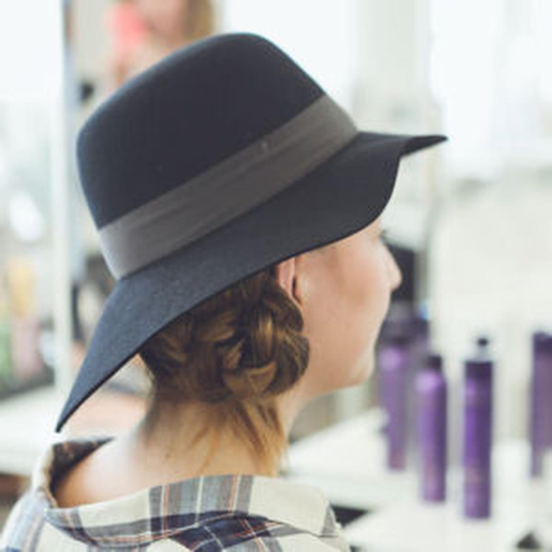 Réaliser une jolie tresse sous un chapeau en vidéo