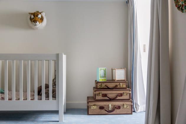 Une chambre de bébé aux tons neutres