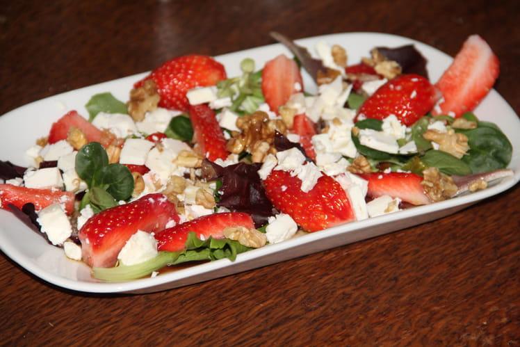 Assiette de salade de fraises, feta et noix