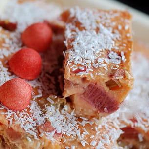clafoutis à la rhubarbe, noix de coco et fraises tagada