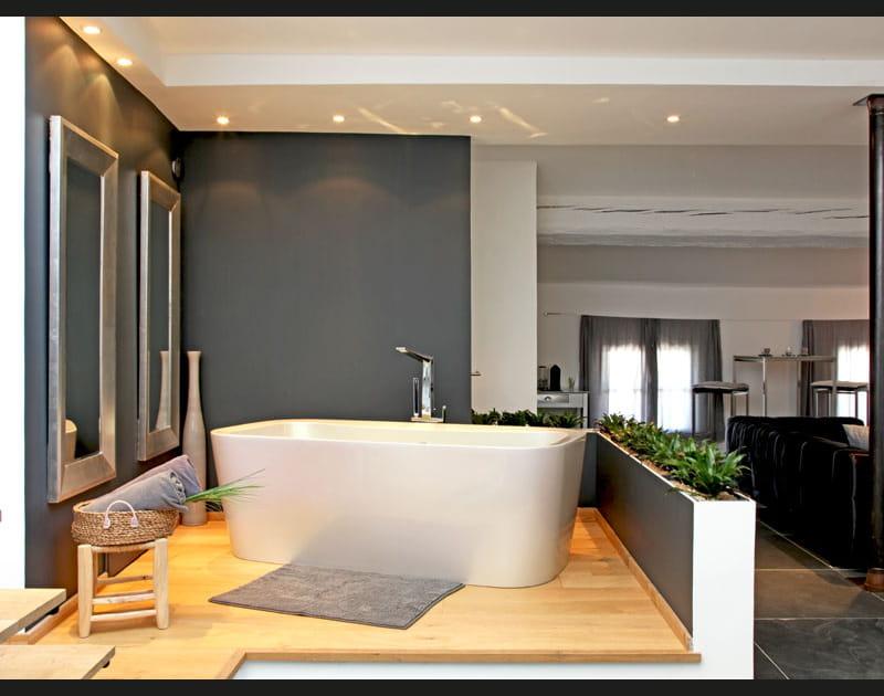 Baignoire îlot dans la salle de bains
