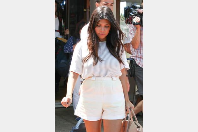 Kourtney Kardashian, minimaliste en short blanc