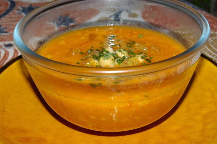 Soupe de carottes, de tomates et de pois chiches à l'orientale