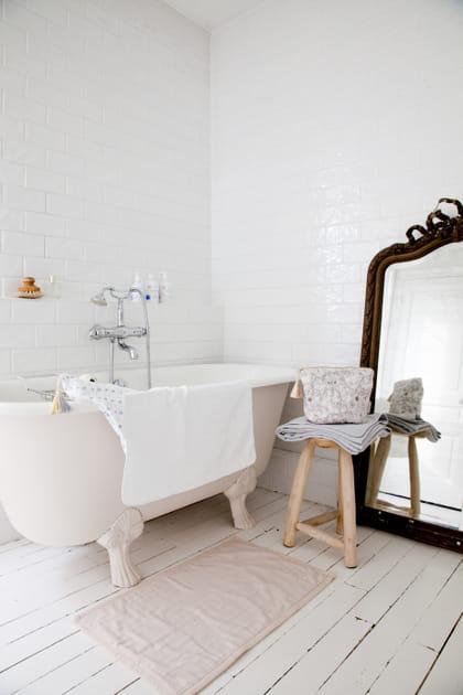 Un miroir baroque dans la salle de bains