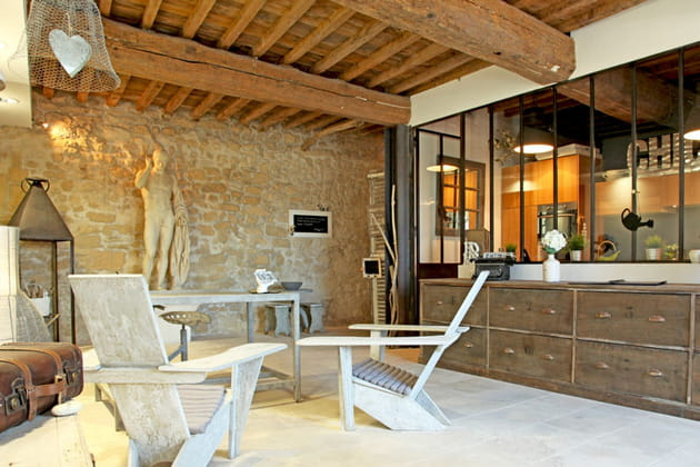 Une maison façon loft : mur en pierre