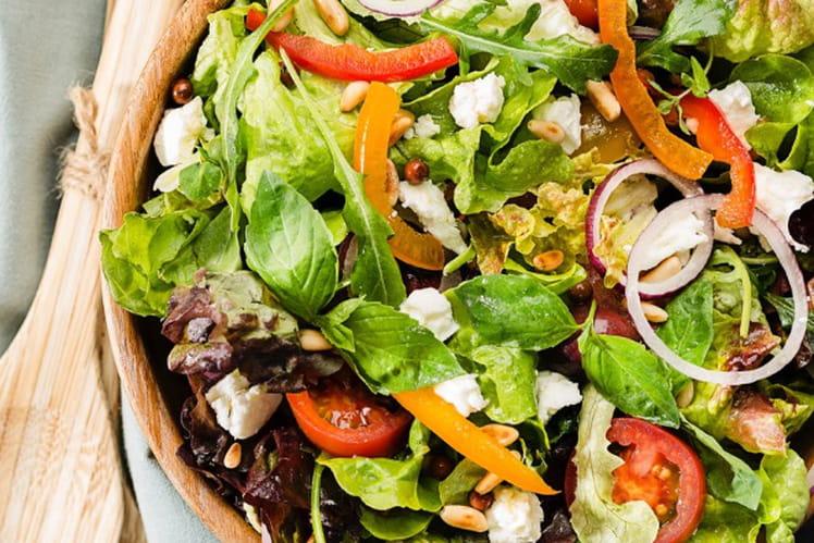 Salade estivale : mesclun, tomates, poivrons, pignons