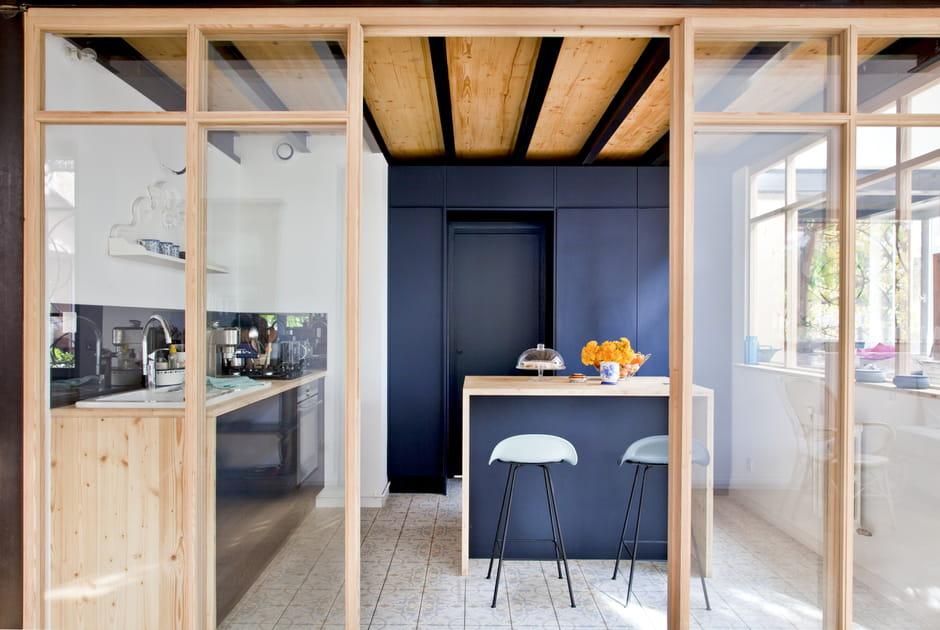 Une verrière boisée pour abriter la cuisine