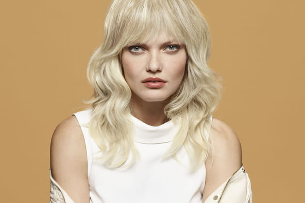 Les boucles et la frange blondes
