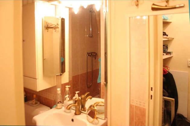 Avant : une salle de douche minuscule