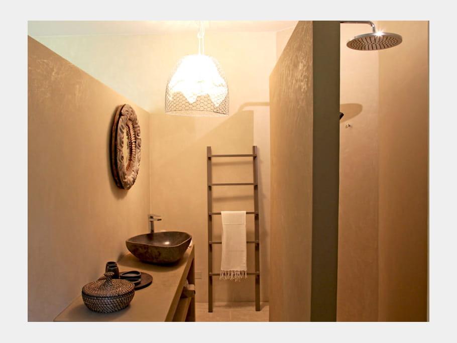 une chelle d corative comment accessoiriser sa salle de bains id es d co journal des femmes. Black Bedroom Furniture Sets. Home Design Ideas