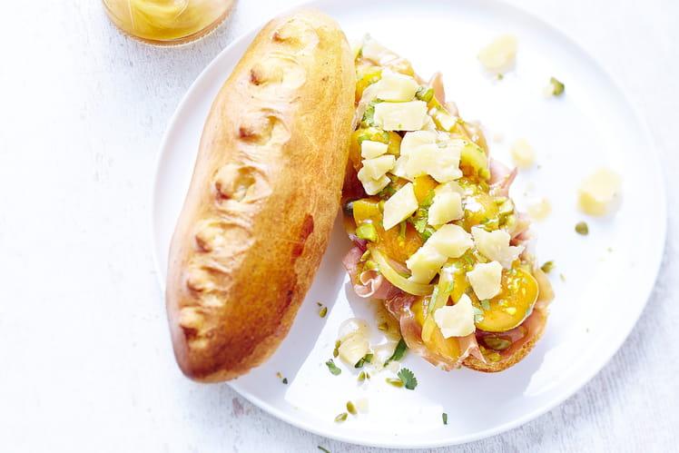 Sandwich d'été Sbrinz AOP au chutney d'abricots, pistaches et jambon Prosciutto.