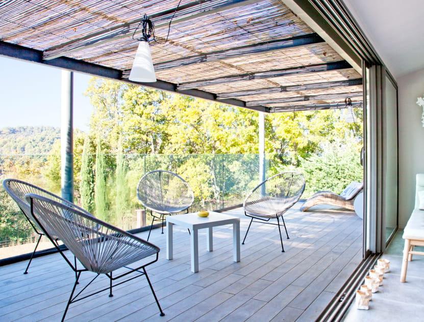 Un salon de jardin face à la forêt