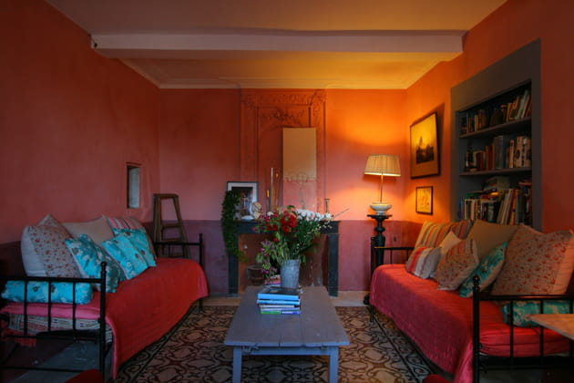 Séjour rose-rouge intimiste et chaleureux
