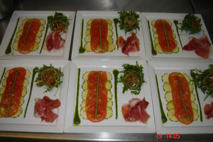 Carpaccio de courgette et de tomate au pesto