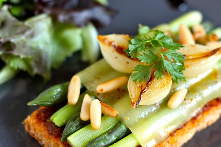 Sablé printanier Comté, jambon cru et asperges vertes