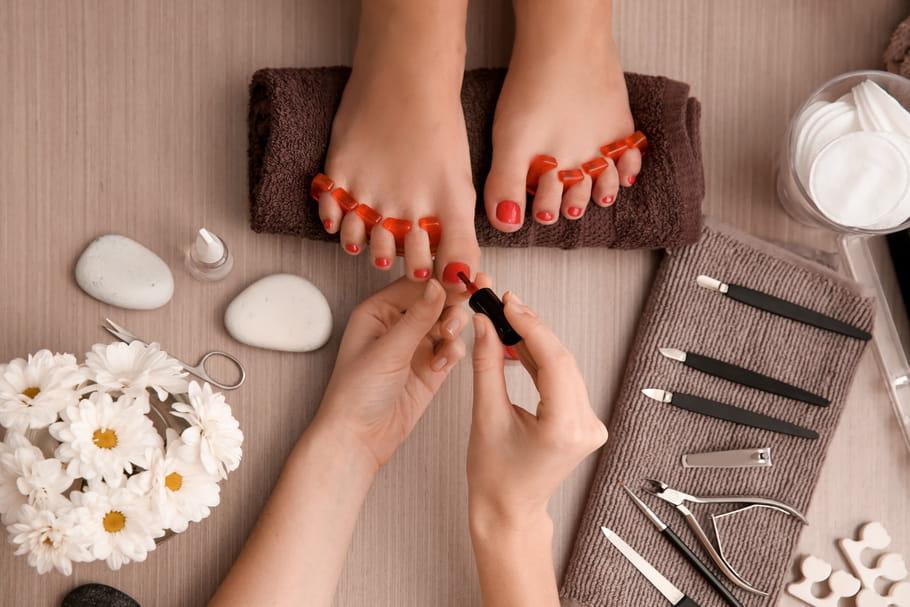 Comment choisir et appliquer un vernis pour les pieds