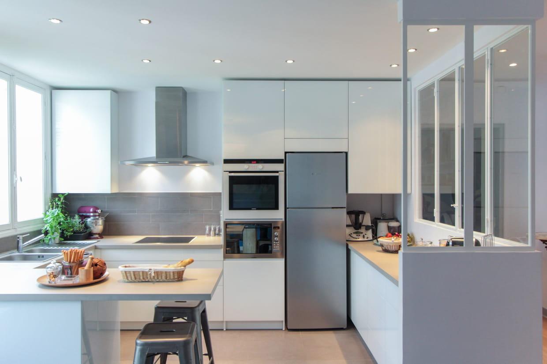 du gris pour une mise en lumi re de la cuisine. Black Bedroom Furniture Sets. Home Design Ideas