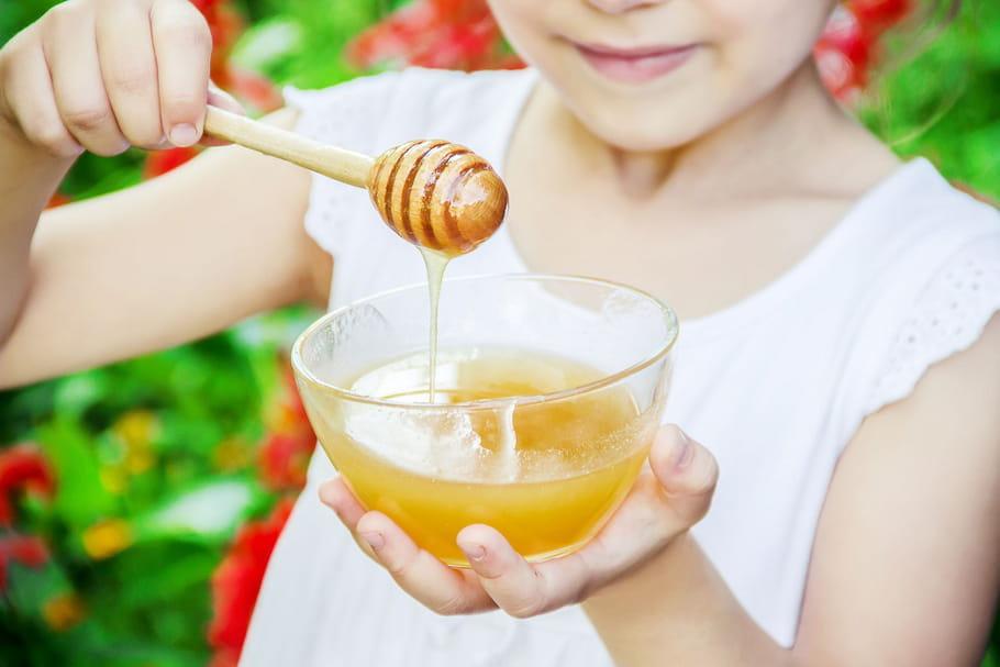 A quel âge un bébé peut-il manger du miel?