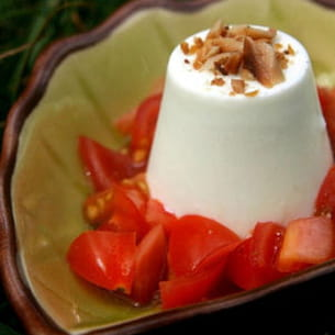 panna cotta au basilic, tomates cerise et noisettes