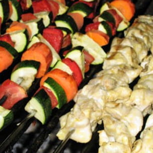 brochettes de poulet mariné et légumes grillés