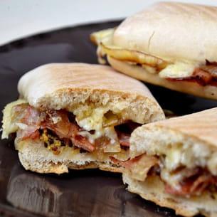 panini au brie, lard fumé, moutarde à l'ancienne et oignons confits au
