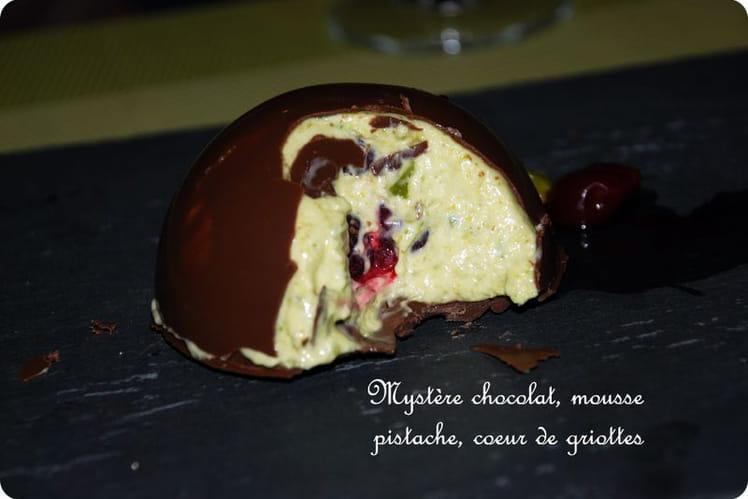 Mystère au chocolat, mousse de pistache, griottes